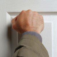 Кто-то стучит в дверь что делать